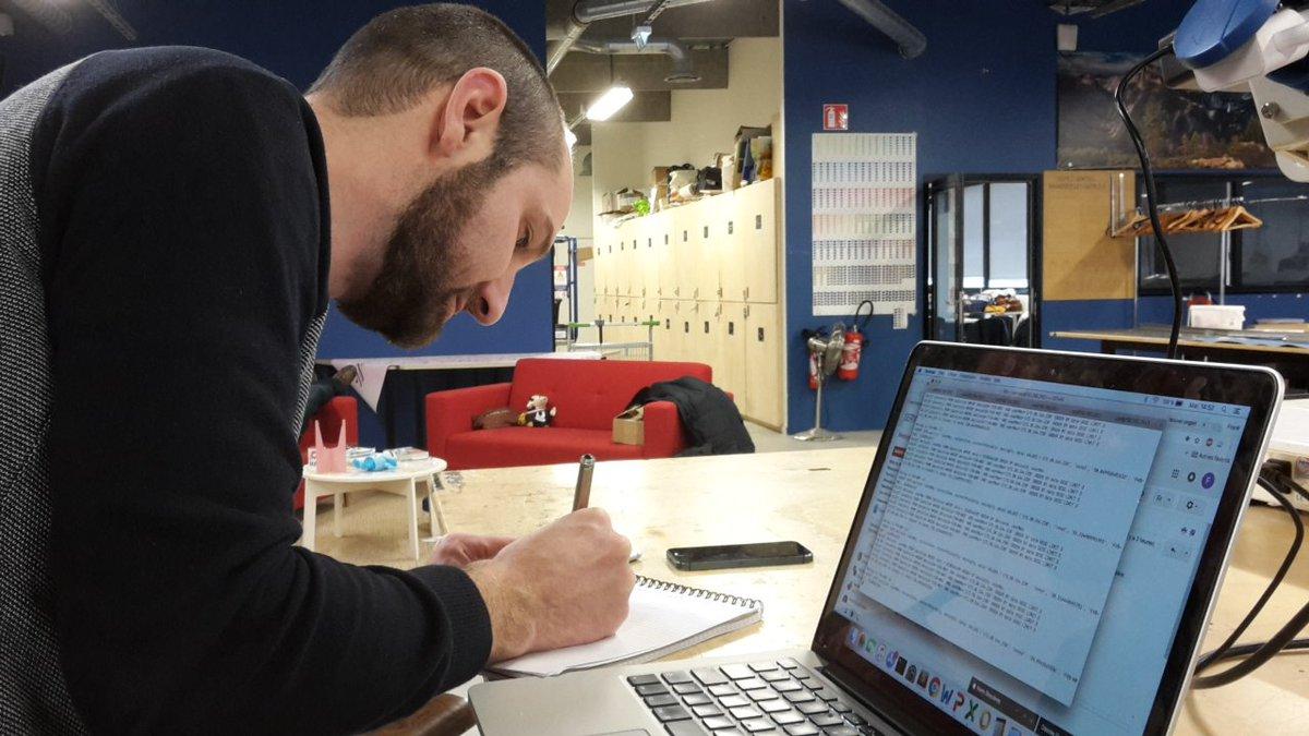 FRank Grunwald, CTO de What the Shop, en train de développer le système spécifique à cette installation.